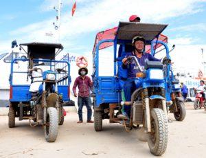 xe lôi ba bánh chở học sinh